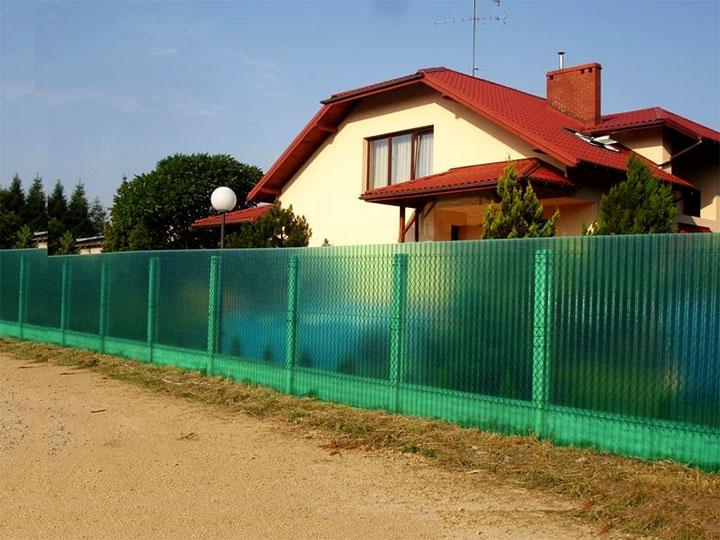 Забор для дачи из листов поликарбоната и сетки-рабицы