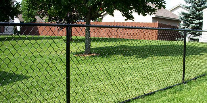 Забор для дачи из плетенной сетки