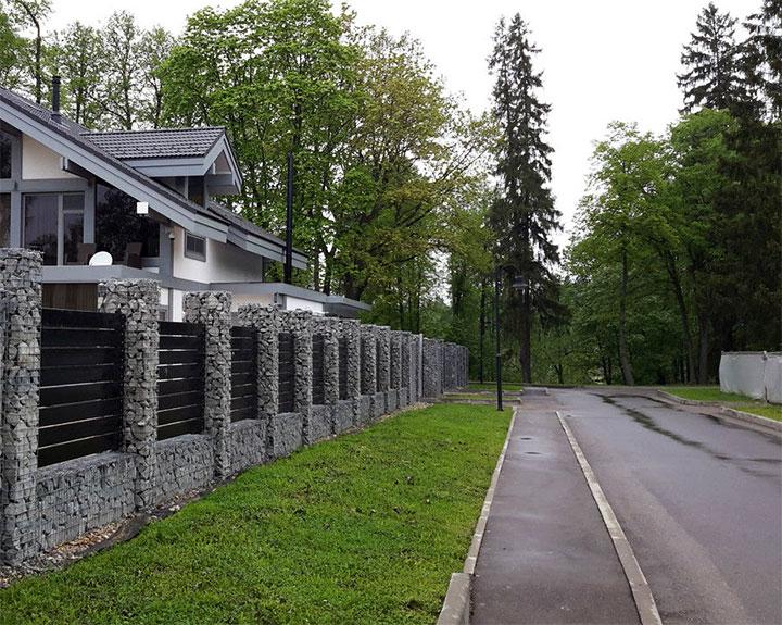 Забор из габионов с деревянными пролетами
