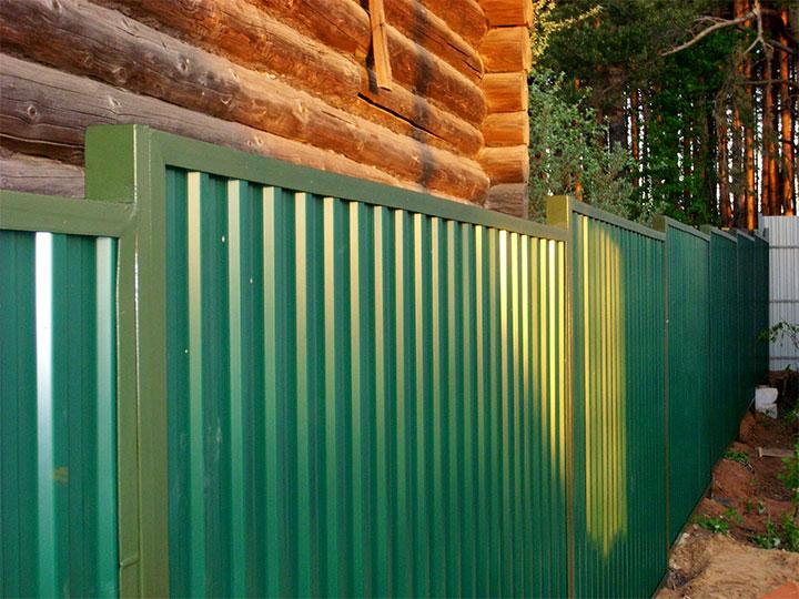 Металлический забор со сварной планкой