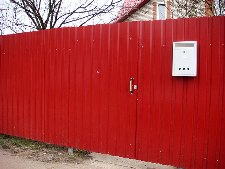 Забор из профнастила красного цвета