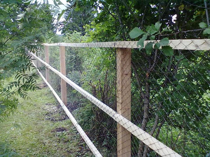 Забор из рабицы на деревянном каркасе