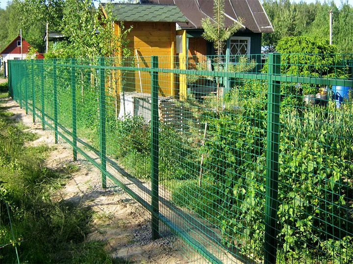 Сплошной забор из сетки для дачи