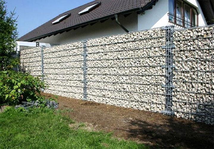 Забор из сетки и камней