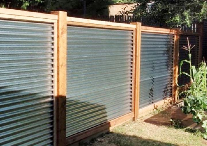 Забор из волнистого листового металла с деревянными столбами