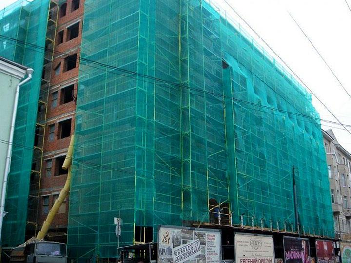 Использование фасадной сетки для маскировки зданий при строительстве
