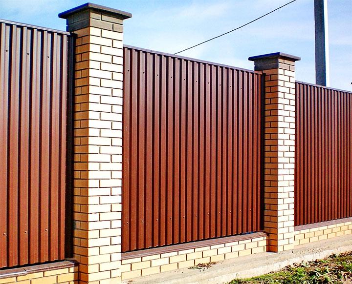 Кирпичный забор с пролетами из профлиста