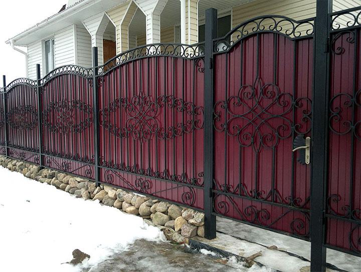 Комбинированный забор с элементами ковки