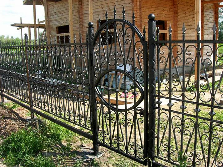 Металлическая ограда для частного дома