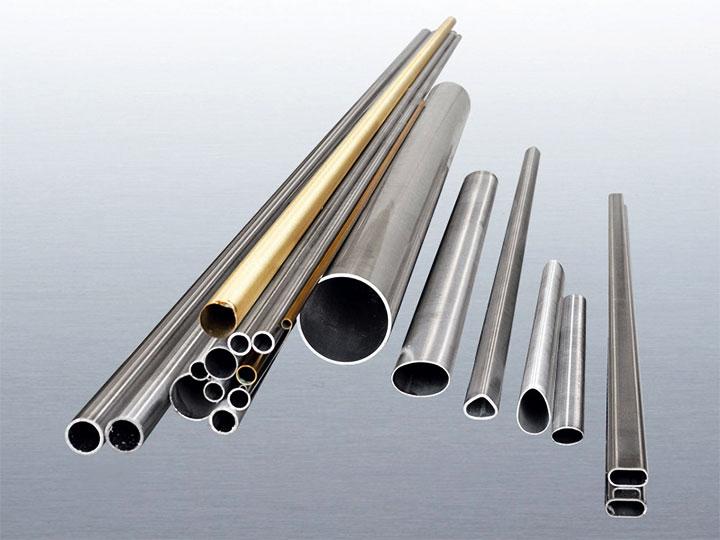 Металлические трубы разного диаметра и сечение
