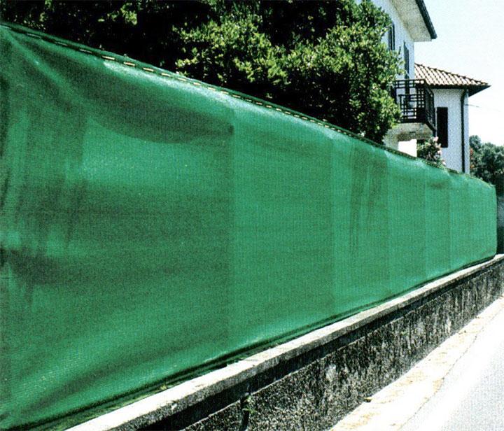 Забор из фасадной сетки на фундаменте