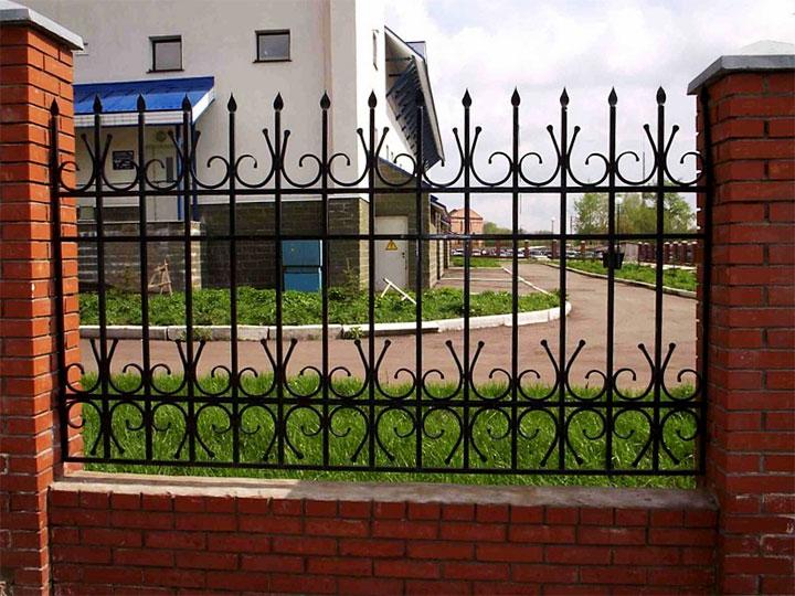 Забор с кирпичными столбами и кованными пролетами