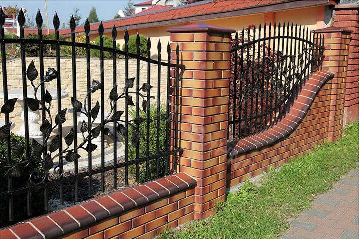 Забор с кирпичными столбами