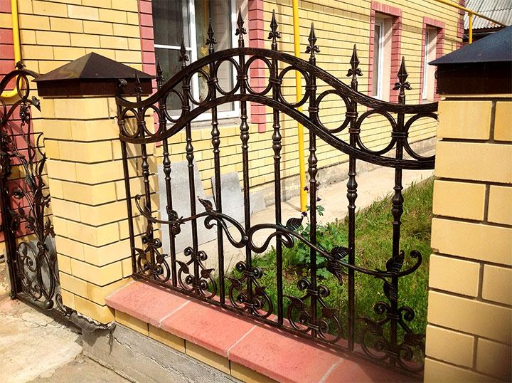 Забор с кованными секциями