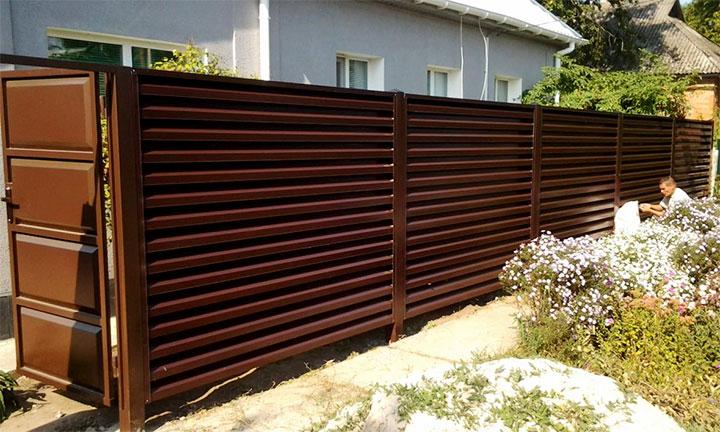 Металлическая ограда на дачном участке