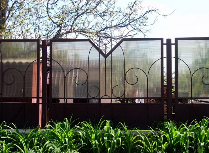 Металлический забор с поликарбонатом