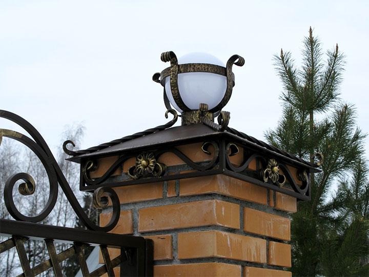 Металлический заборный колпак с уличным светильником