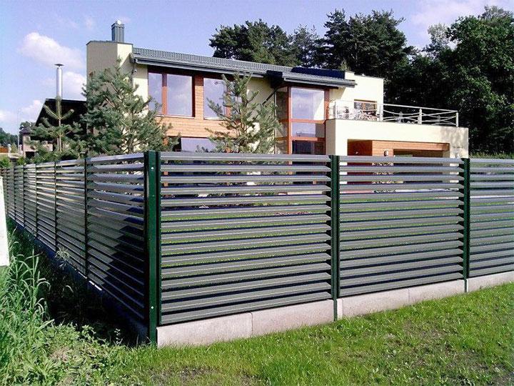 Ограда из металлических ламелей для дачи