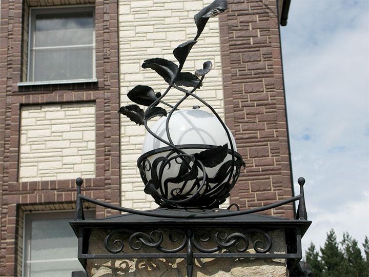 Уличный светильник на столбе ограждения