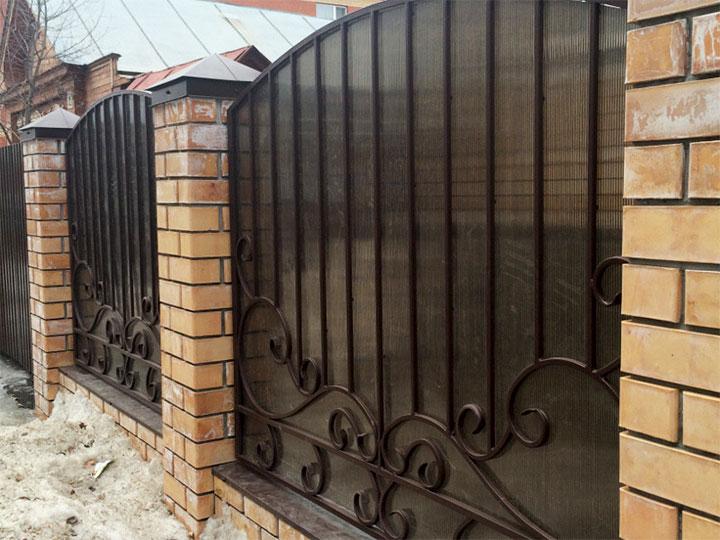 Забор с комбинированными секциями
