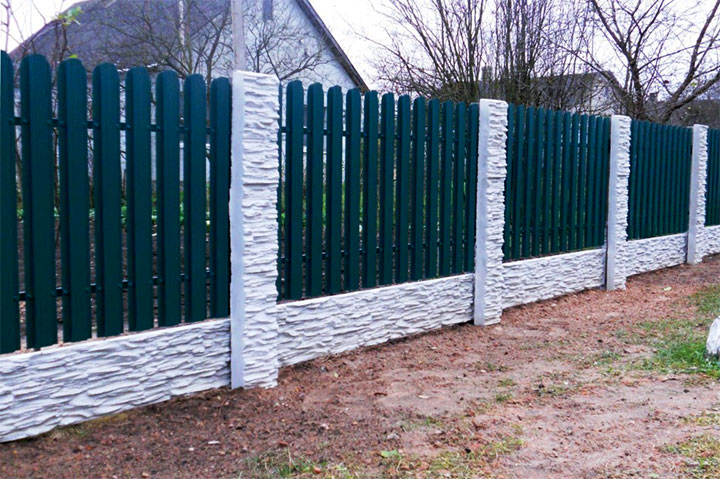 Забор из евроштакетника с полимерным покрытием