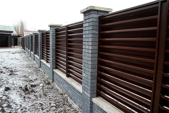 Забор-жалюзи с кирпичными столбами