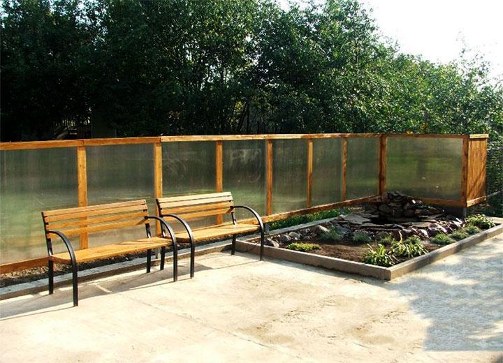 Деревянный забор с поликарбонатом