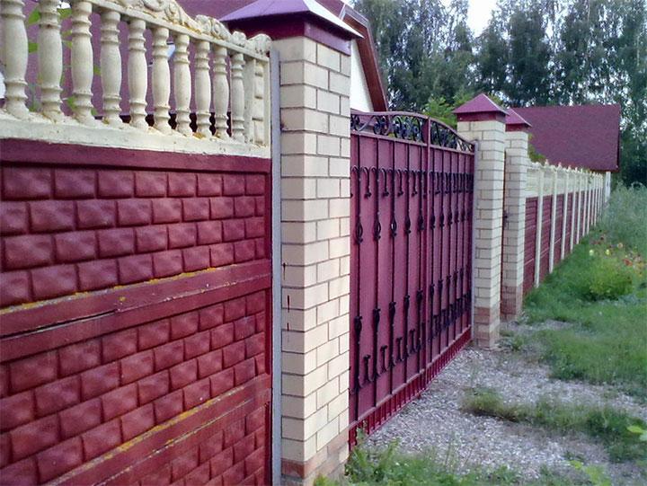 Забор с секциями из бетонных плит с кирпичными столбами