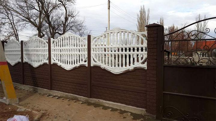 Крашеный забор из бетонных евросекций
