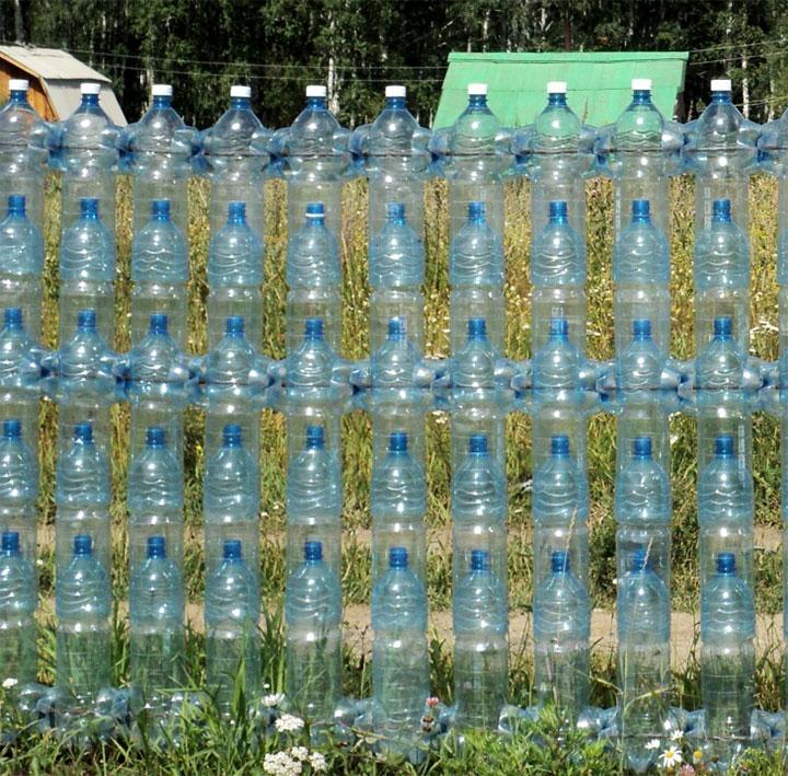 Легкая ограда из бутылок