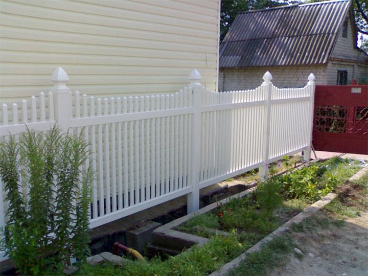 Ограда из пластикового штакетника