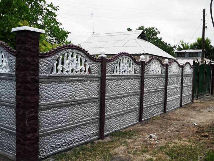 Забор покрыт серебрянкой