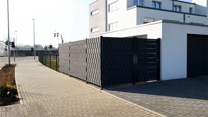 Плетеный забор из бордюрной ленты