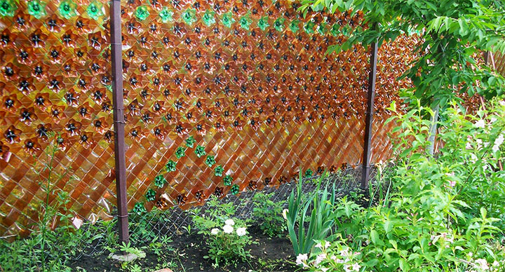 Плетеный забор из пластиковых бутылок