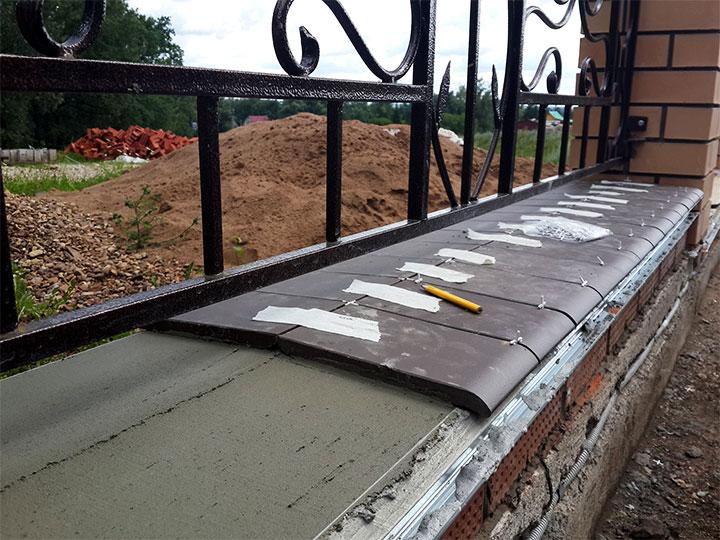 Установка каменного отлива на фундамент ограждения