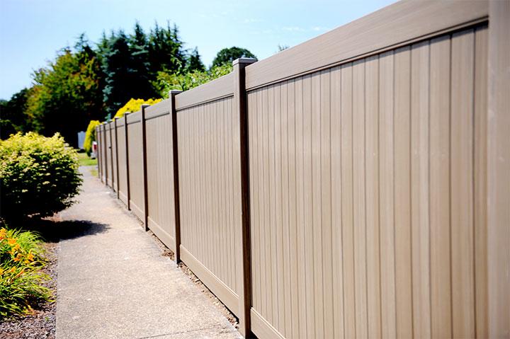 Забор из пластиковых панелей