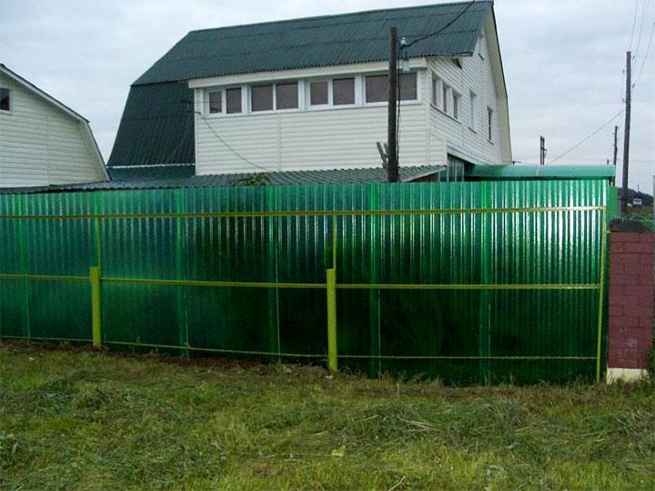 Забор из поликарбоната с волнистой поверхностью