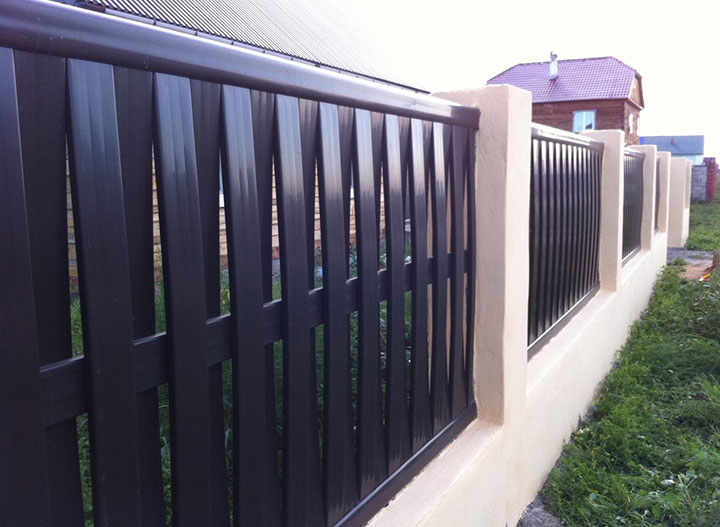 Забор с вертикальными секциями