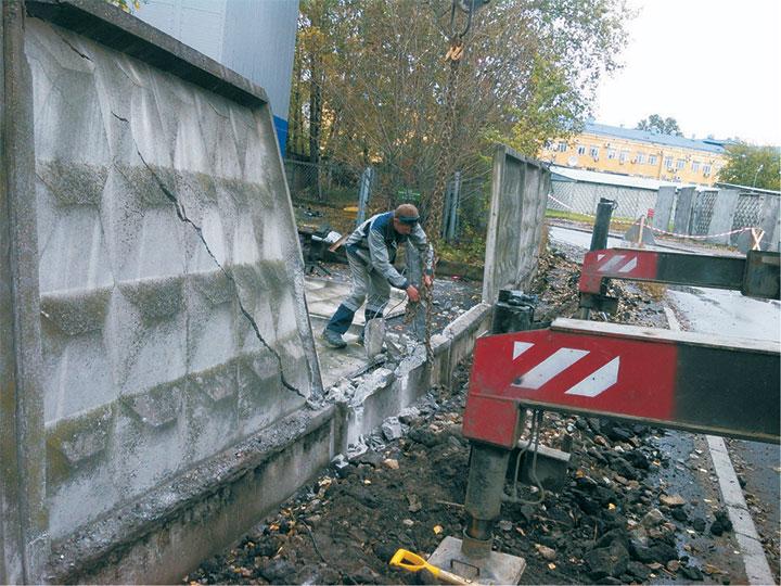 Демонтаж автокраном бетонного забора