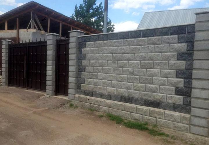 Бетонный забор с воротами и калиткой из металла