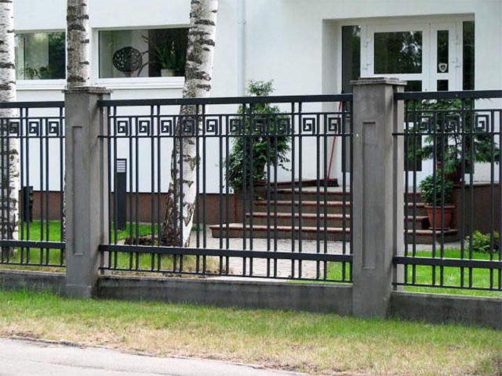 Металлический забор со столбами из бетона