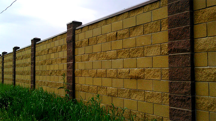 Ограда из рваных блоков