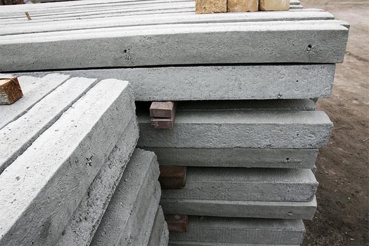 Склад бетонных столбов