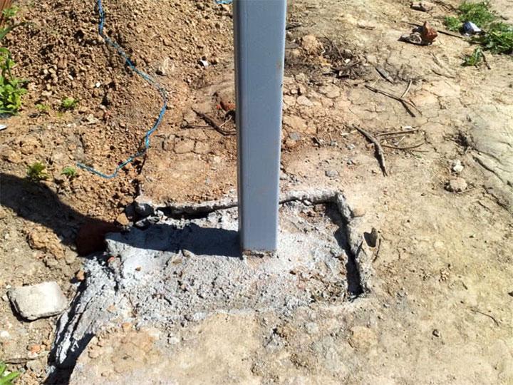 Забетонированный металлический столб