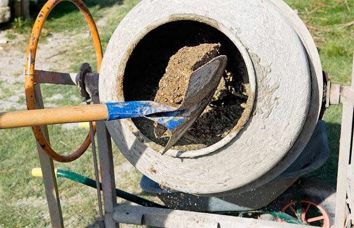 Загрузка песка в бетономешалку