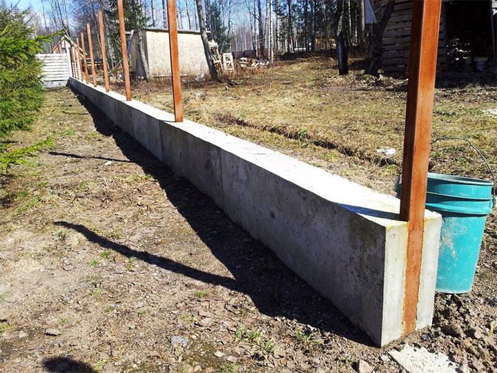 Ленточное основание для ограды