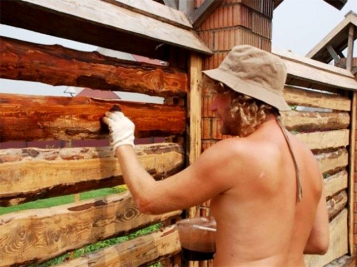 Нанесение антисептика на деревянный забор