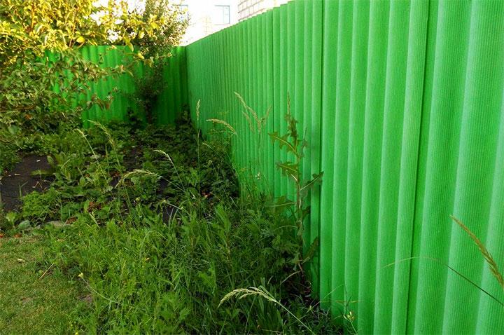 Простой забор из зеленого шифера