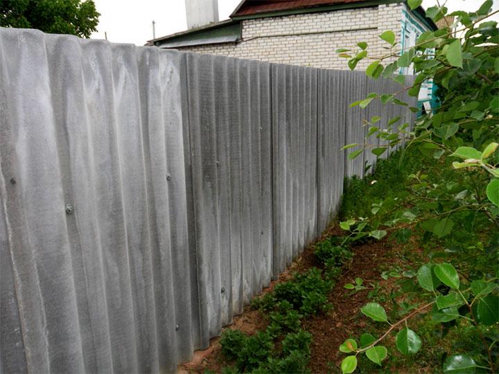 Забор из асбестоцементного шифера
