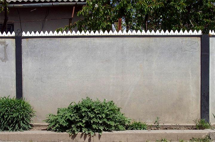 Сплошной забор для частного дома